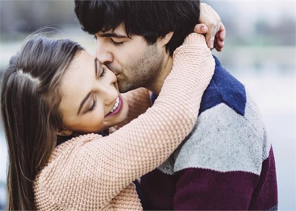 Kiss Day: रिश्ता और सेहत दोनों बरकरार रखती हैं एक 'किस'