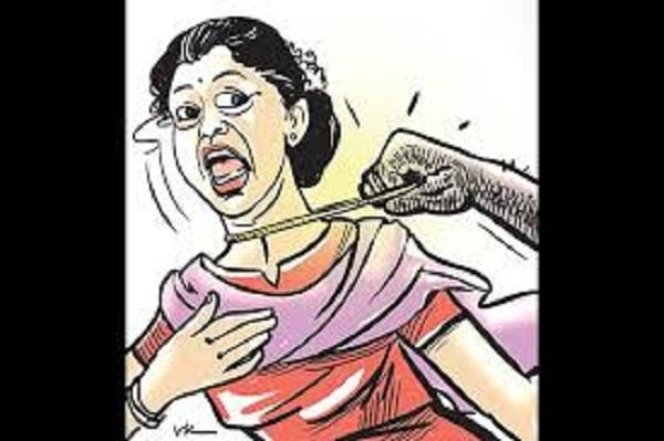 pakistani men foil bid to snatch indian woman s chain in dubai