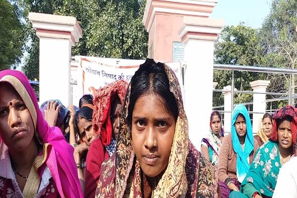 wife fasts with villagers for arrest of husband s killers