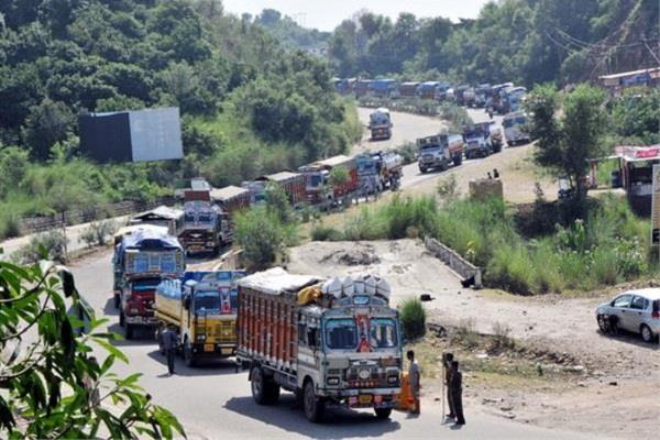 one way traffic on srinagar jammu highway after weather improves