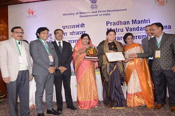 prime minister matri vandana yojana gets first place mp award smriti irani