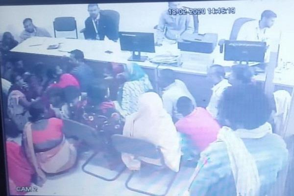 robbers rob 15 lakhs from private bank in just 3 minutes