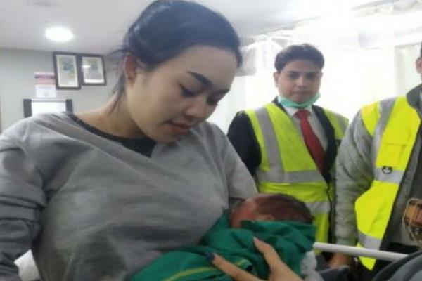 thailand woman gives birth to a child in a flying plane