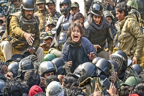 caa protest delhi police accuses girl students  kick off private part