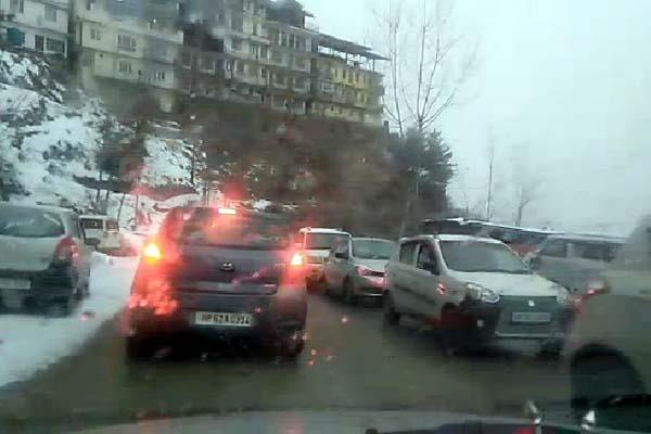 snowfal in shimla traffic jam on nh 5