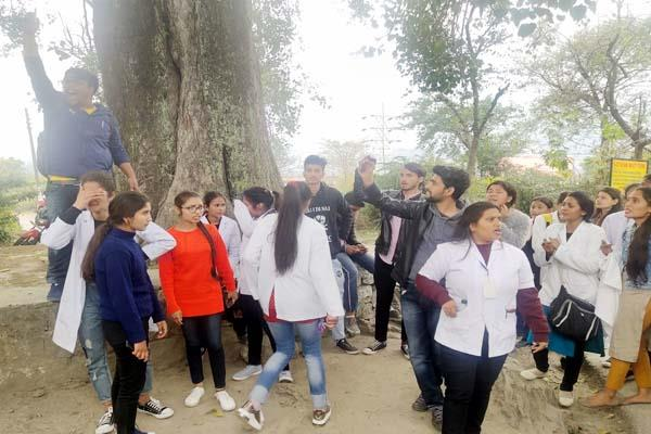 b pharma college trainees stopped cm s convoy