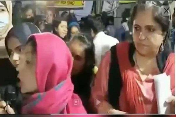 teesta seen in shaheen bagh explaining the question to protesters