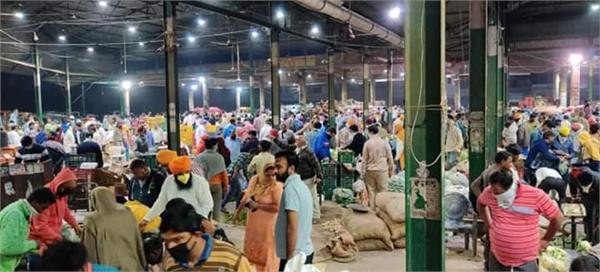 people reach vegetable market despite curfew not caring about orders
