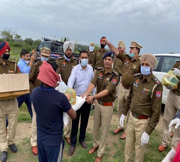 police distributed food and drink to 1500 needy and slum dwellers