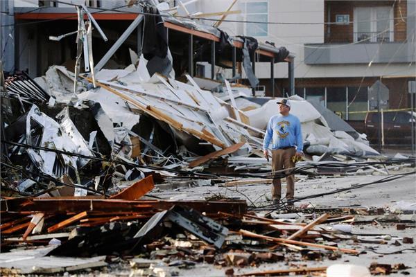 tornadoes kill 25 in tennessee shredding buildings