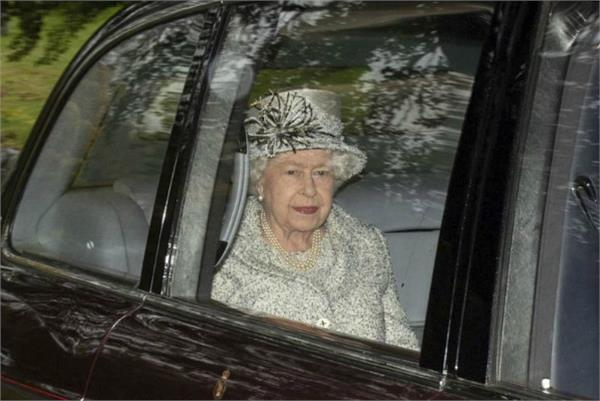 fear of corona virus queen elizabeth shifts from buckingham palace