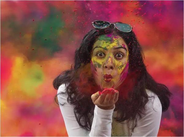 रिश्ते में चढ़े प्यार का रंग तो राशि के हिसाब से यूं खेलें पार्टनर के संग Holi!