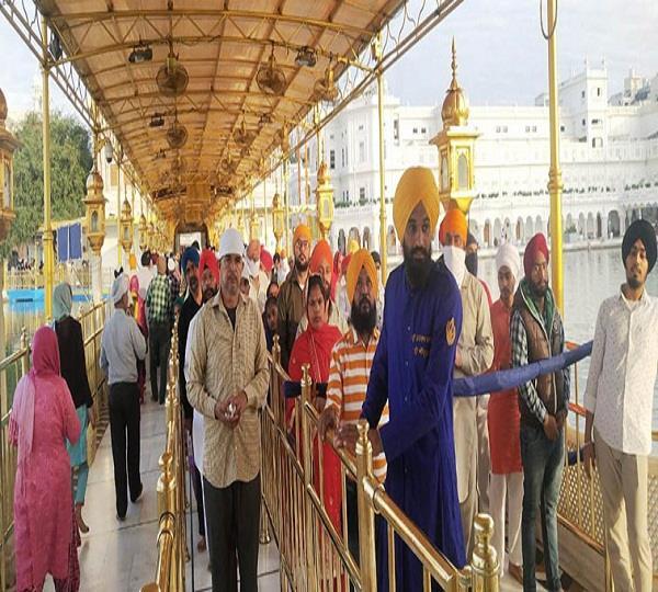 long lines of accompaniment for darshan in sri harimandir sahib