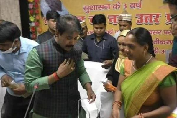up women made a cotton base mask in bahraich