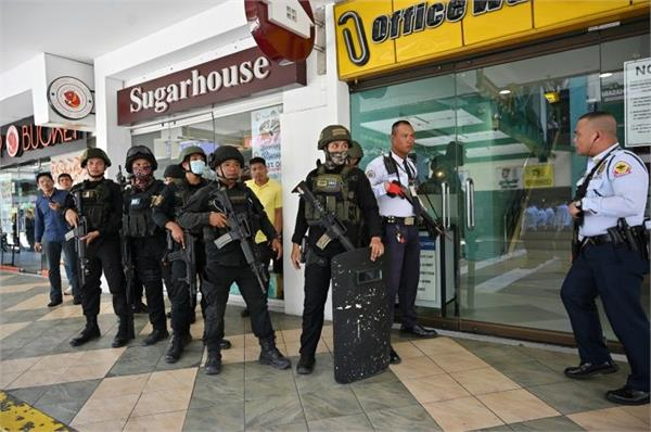 philippines sacked security guard takes hostages at manila mall