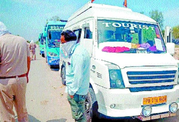 police arrest 75 people going to jharkhand in 3 buses from punjab