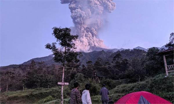 indonesia s most active volcano spews massive ash cloud 6 000 m