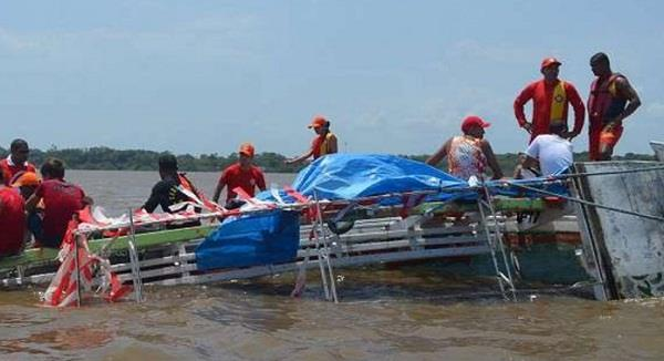 2 dead 16 missing in shipwreck in northern brazil