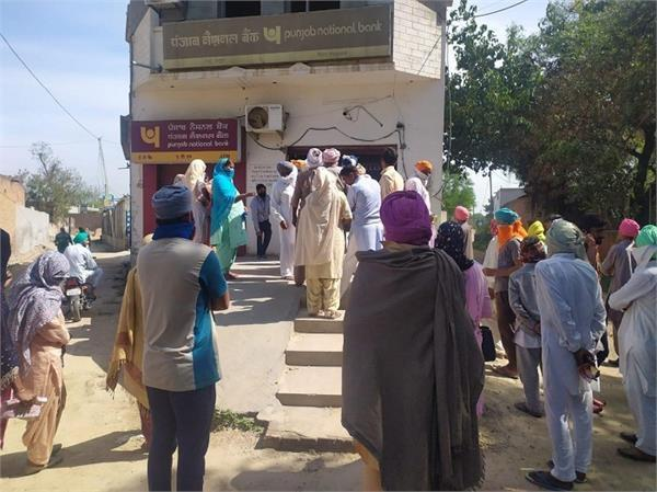 long lines of people who withdraw money from banks since morning