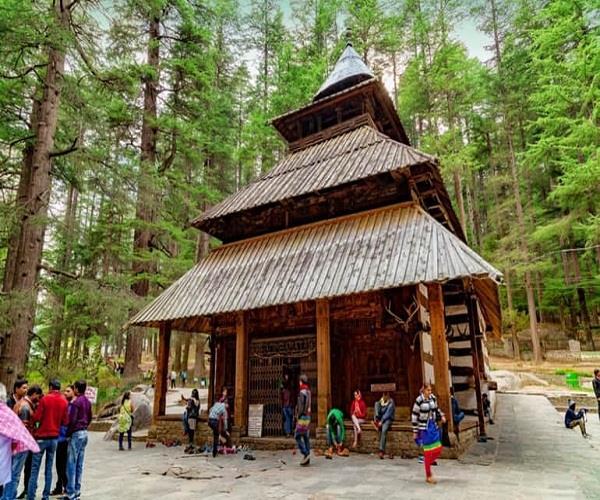 कोरोना से बचने के लिए 'देवी हिडिंबा' की पूजा करने निकले लोग