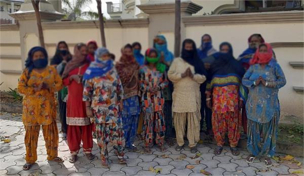 women living in slums reached nagar panchayat pradhan s house