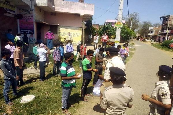 patna police distributing food to the poor