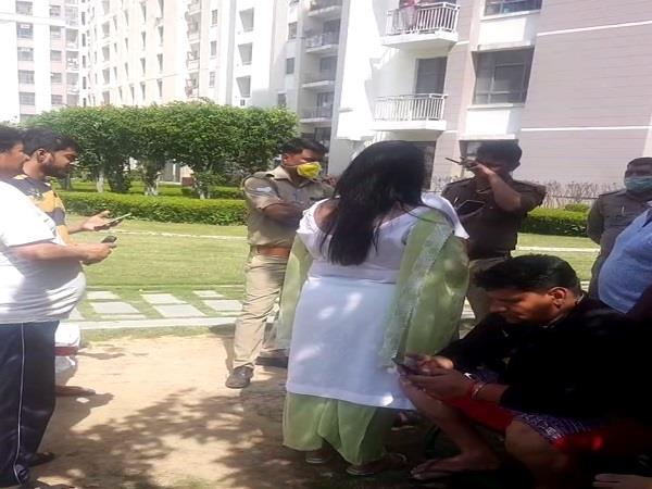 noida the youth who returned from abroad locked themselves in the flat