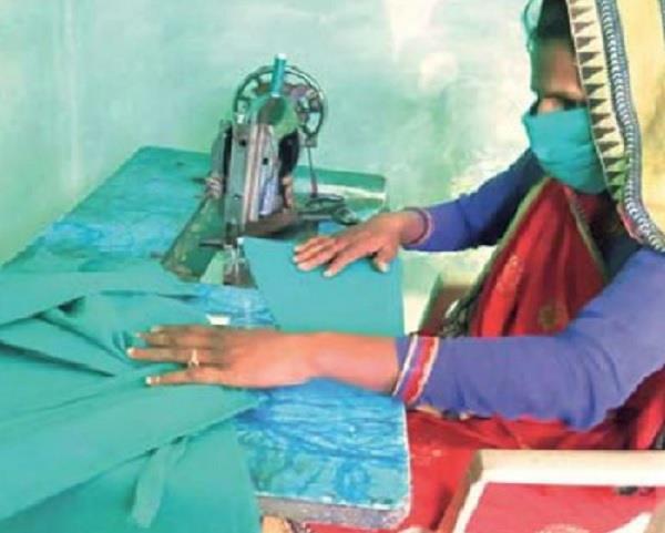 सरकार की मदद के लिए आगे आईं गांव की औरतें, सस्ते मास्क-सेनिटाइजर करवाएंगी उपलब्ध
