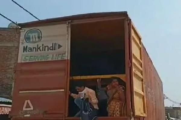 corona virus police caught 60 people hiding in containers from delhi