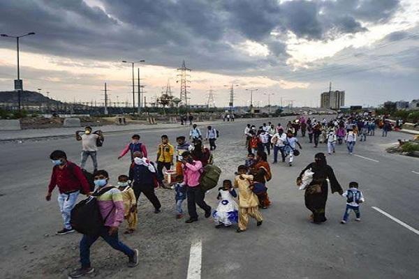 फर्रुखाबादः रोजी-रोटी कमाने के लिए गए हजारों प्रवासी मजदूरों का पलायन - farrukhabad thousands of migrant laborers flee to earn a living - UP Punjab Kesari