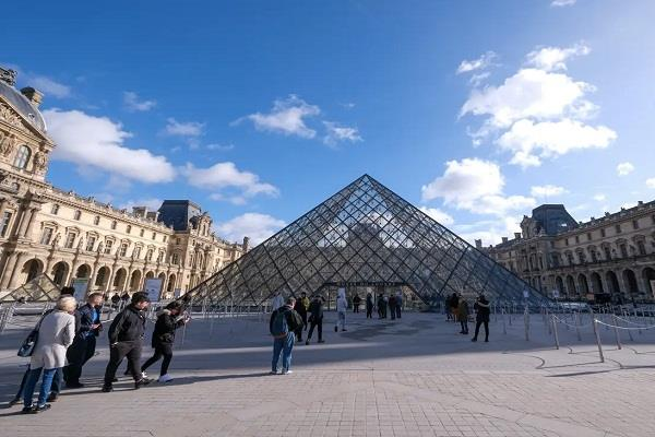 entrance to paris museum closed due to corona virus