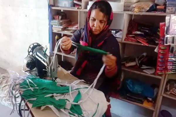 woman distributing masks free to people