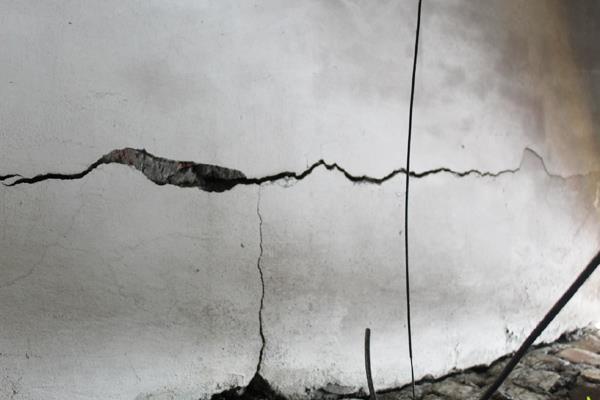 भूकंप से लोगों में दहशत, 3 दिन में 23 बार कांपी धरती, मकान में आईं दरारें