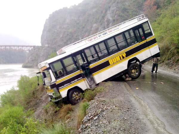 सलूणी-चम्बा मार्ग पर निजी बस दुर्घटनाग्रस्त, बड़ा हादसा टला
