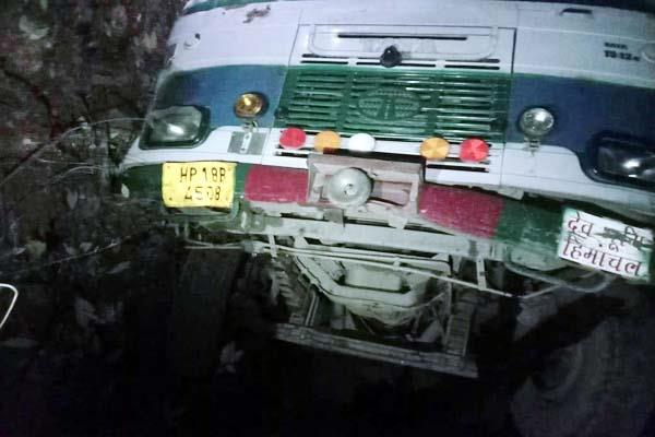 HRTC की बस हुई दुर्घटना का शिकार, 4 बच्चों सहित 17 यात्री घायल