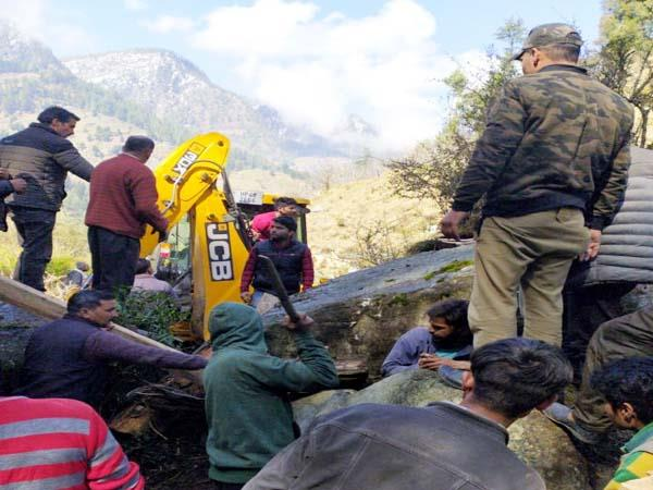 हिमाचल: युवक को खुले में शौच जाना पड़ा महंगा, चट्टान अचानक खिसक कर युवक के ऊपर जा गिरी