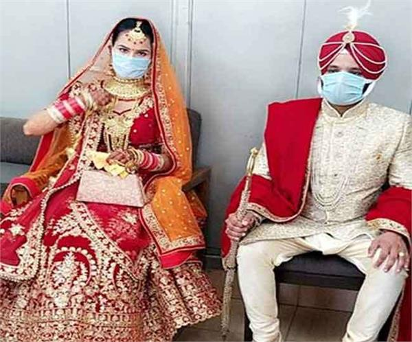 bride and groom wore masks during marriage