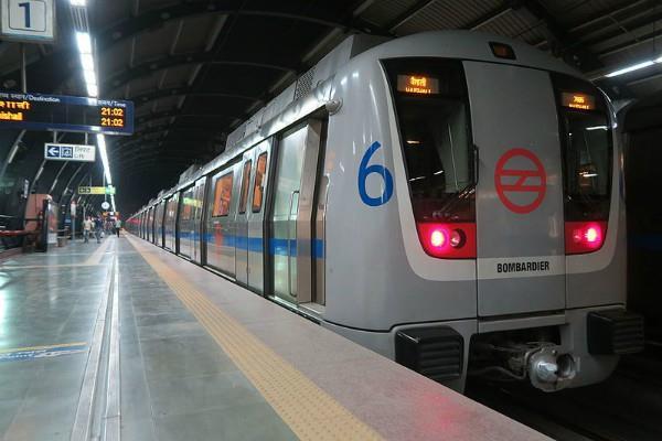 metro running in delhi for the policemen in lockdown getting free service