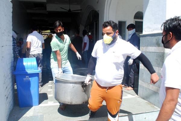 sewadar distributing food to needy in kathua