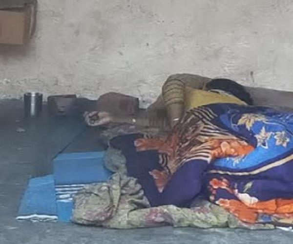 हैवान पति ने नन्हे बच्चों संग सो रही पत्नी को उतारा मौत के घाट