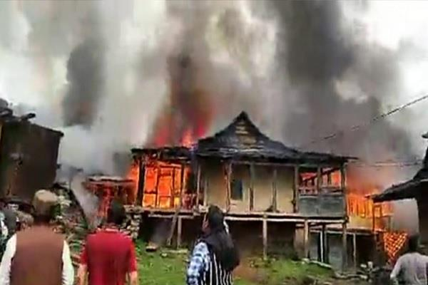 fierce fire 4 homes in chirgaon of rohru woman burnt alive