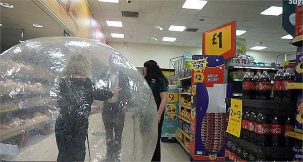 uk woman imprisoned herself in a plastic balloon reached shopping mall