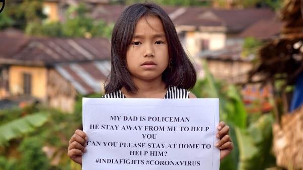 CoronaLockdown: 9 साल की लड़की ने लोगों से की घर पर रहने की अपील, फोटो हुई वायरल