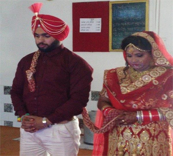 bride along with bridegroom brought 4 member marriages without dish bhangra
