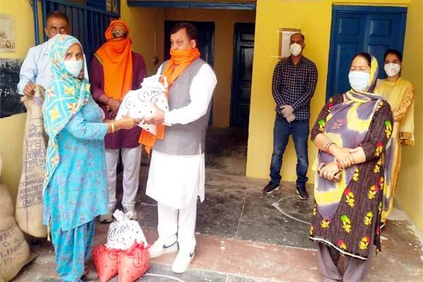 minister virender kanwar distributed ration to 40 families