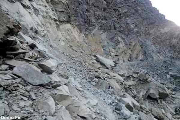 दर्दनाक हादसा : किन्नौर में गांव पर गिरा पहाड़, एक व्यक्ति की मौके पर मौत