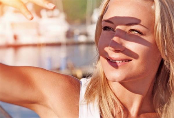 धूप सेंकने से पहले सनस्क्रीन लगाना ना भूलें क्योंकि हानिकारक हो गई हैं सूरज की किरणें