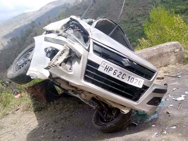 दर्दनाक हादसा : एक सड़क से दूसरी सड़क पर जा गिरी कार, पति की मौत-पत्नी घायल