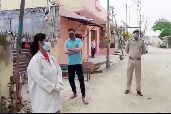 डाक्टर ने बैरियरों पर तैनात पुलिसकर्मियों का स्वास्थ्य जांचा