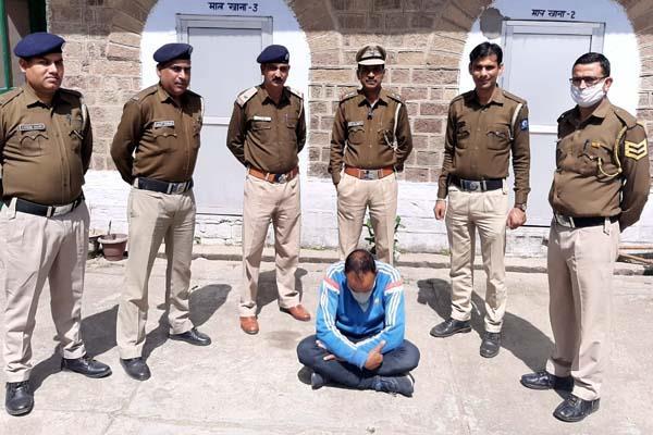 पुलिस ने घर पर दी दबिश, नशे की बड़ी खेप व लाखों की नकदी सहित एक गिरफ्तार